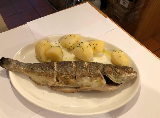 comer en Pontevedra pescado a la brasa en granxa do costado